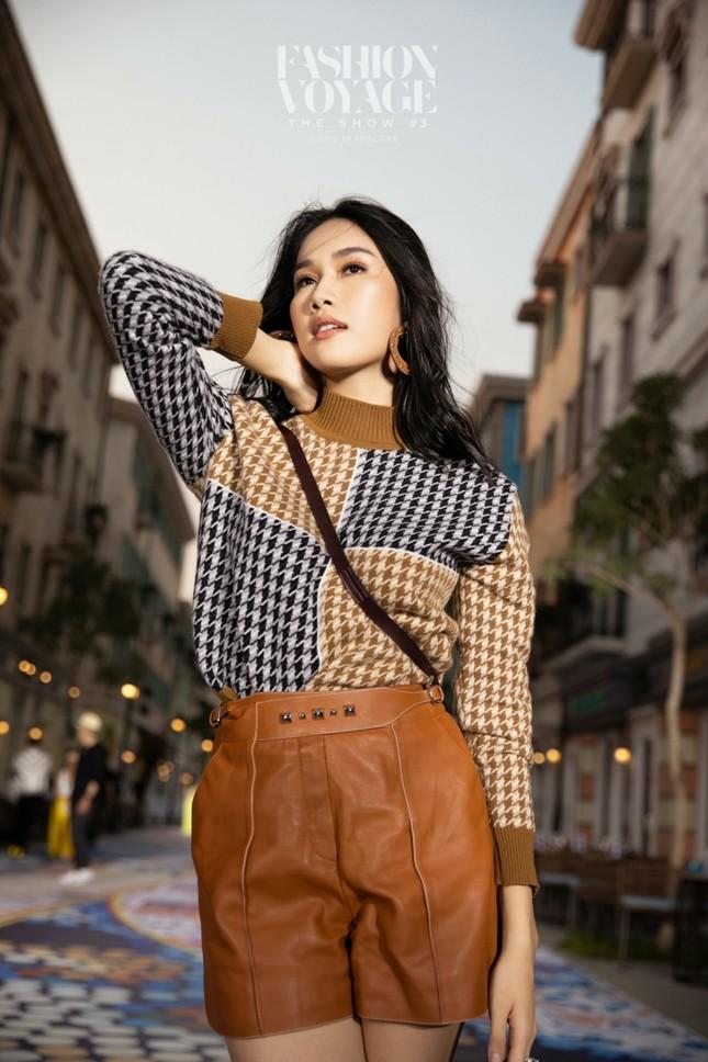 """Ngắm màn đọ sắc giữa Á hậu Kiều Loan và Phương Anh tại sự kiện thời trang """"Fashion Voyage"""" ảnh 3"""