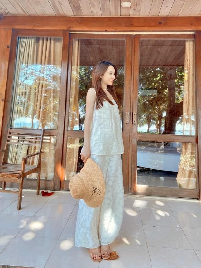 Kaity Nguyễn, Nhã Phương, Ninh Dương Lan Ngọc lăng xê set trang phục đi biển sang chảnh ảnh 1