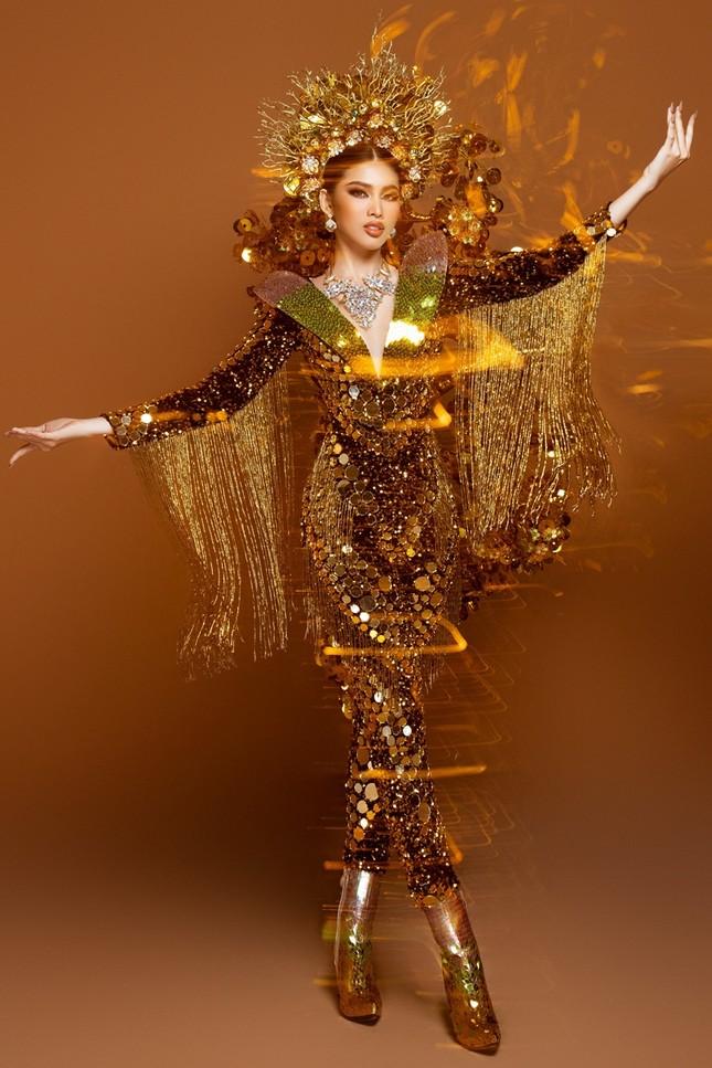 Cận cảnh bộ quốc phục nặng 30kg của Á hậu Ngọc Thảo tại Miss Grand International ảnh 2