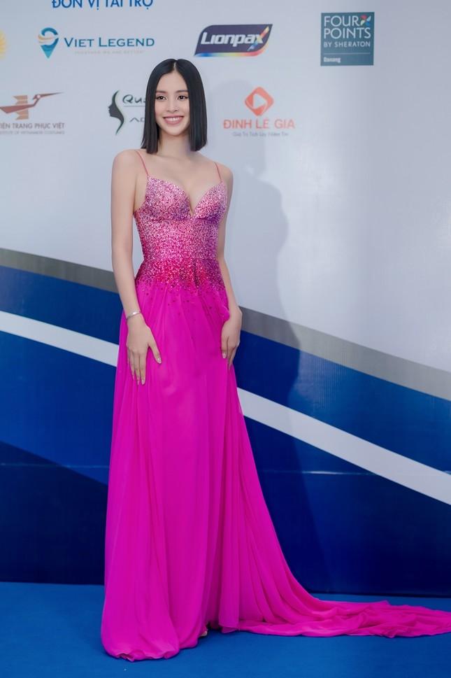 Hoa hậu Tiểu Vy mặc bộ váy nhìn nhẹ nhàng dự sự kiện, nhưng thực ra là thiết kế hiểm hóc ảnh 1