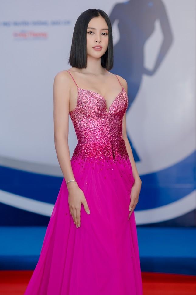 Hoa hậu Tiểu Vy mặc bộ váy nhìn nhẹ nhàng dự sự kiện, nhưng thực ra là thiết kế hiểm hóc ảnh 3