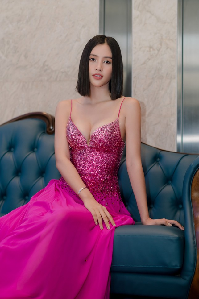 Hoa hậu Tiểu Vy mặc bộ váy nhìn nhẹ nhàng dự sự kiện, nhưng thực ra là thiết kế hiểm hóc ảnh 4