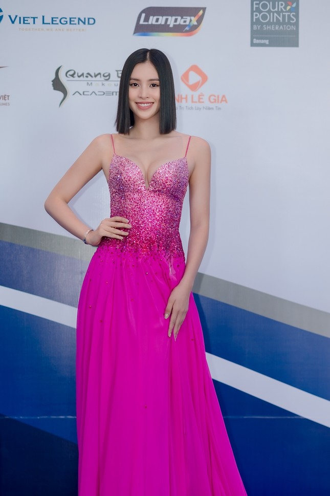 Hoa hậu Tiểu Vy mặc bộ váy nhìn nhẹ nhàng dự sự kiện, nhưng thực ra là thiết kế hiểm hóc ảnh 7