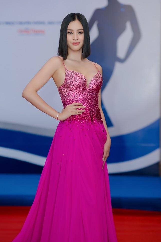 Hoa hậu Tiểu Vy mặc bộ váy nhìn nhẹ nhàng dự sự kiện, nhưng thực ra là thiết kế hiểm hóc ảnh 5