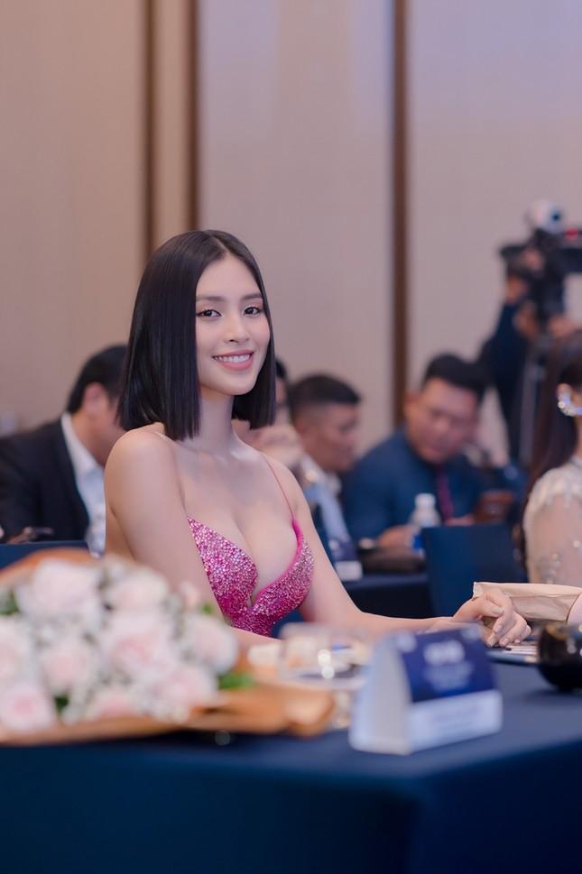 Hoa hậu Tiểu Vy mặc bộ váy nhìn nhẹ nhàng dự sự kiện, nhưng thực ra là thiết kế hiểm hóc ảnh 2