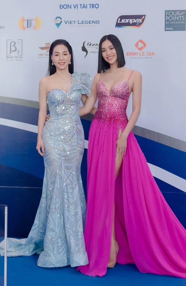Hoa hậu Tiểu Vy mặc bộ váy nhìn nhẹ nhàng dự sự kiện, nhưng thực ra là thiết kế hiểm hóc ảnh 6