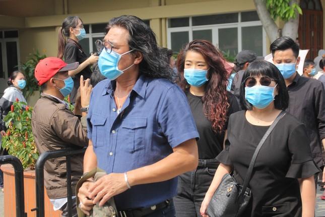 Thu Trang, Tiến Luật cùng nhiều nghệ sĩ đến viếng và tiễn đưa cố nghệ sĩ Chí Tài ảnh 7