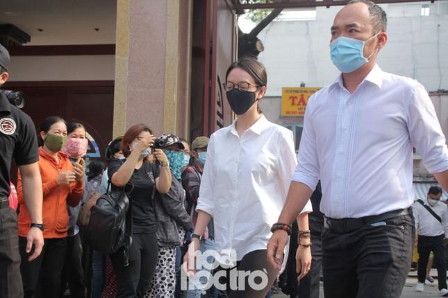Thu Trang, Tiến Luật cùng nhiều nghệ sĩ đến viếng và tiễn đưa cố nghệ sĩ Chí Tài ảnh 6