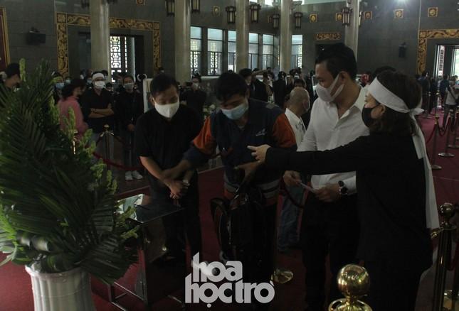 Thu Trang, Tiến Luật cùng nhiều nghệ sĩ đến viếng và tiễn đưa cố nghệ sĩ Chí Tài ảnh 10