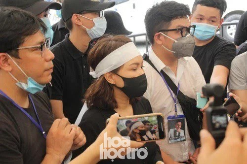 Thu Trang, Tiến Luật cùng nhiều nghệ sĩ đến viếng và tiễn đưa cố nghệ sĩ Chí Tài ảnh 3