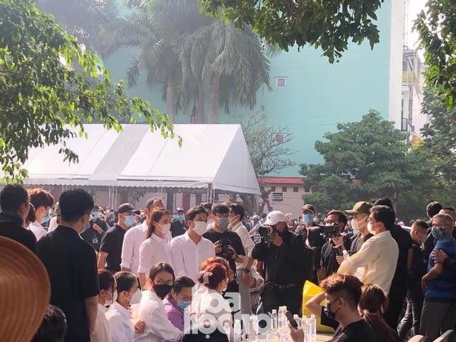 Thu Trang, Tiến Luật cùng nhiều nghệ sĩ đến viếng và tiễn đưa cố nghệ sĩ Chí Tài ảnh 2