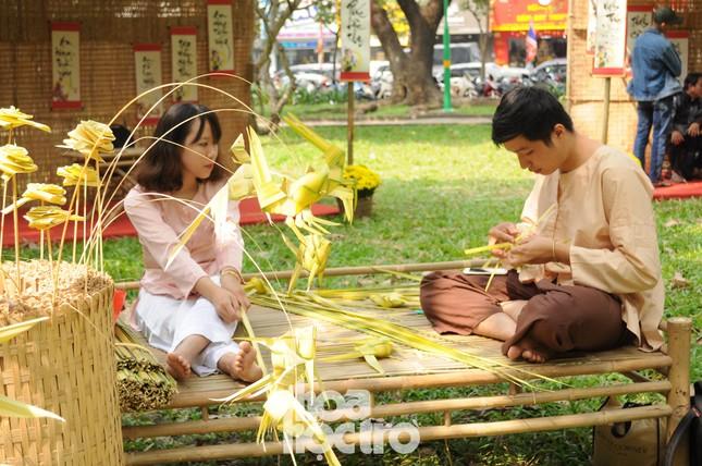 Teen Sài Gòn đón Tết sớm: Tưng bừng trò chơi dân gian, diện áo dài đi phố ông Đồ ảnh 6