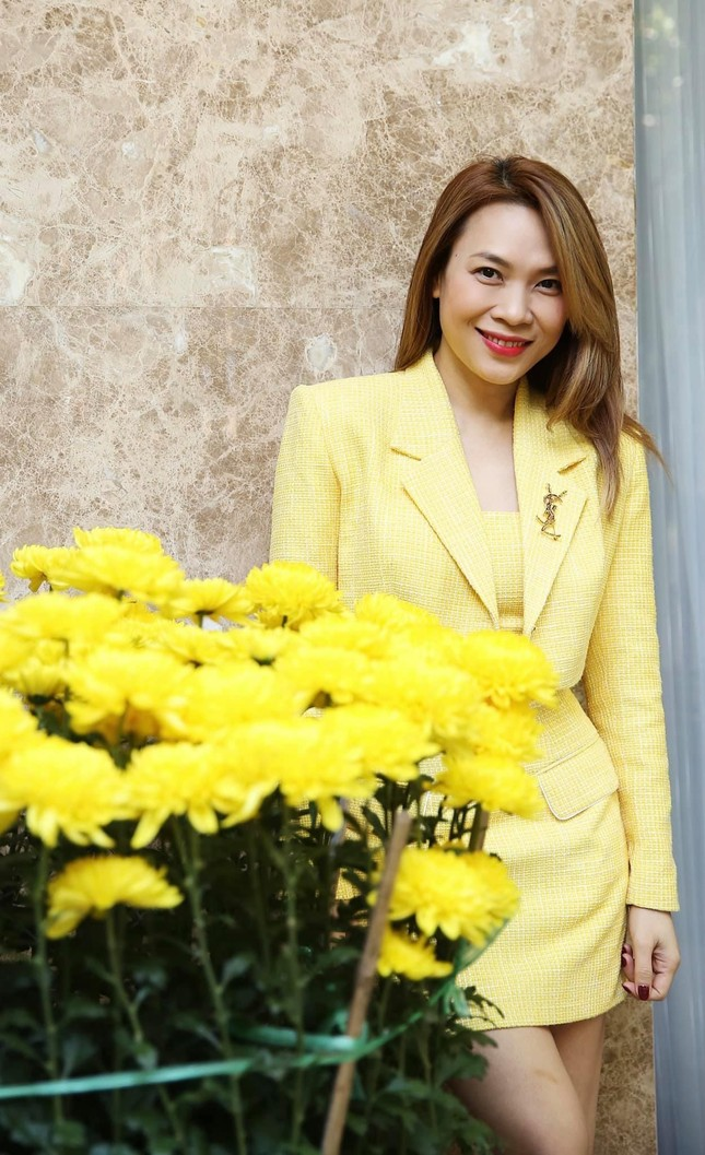 """Sao Việt đầu năm: Mỹ Tâm khoe sắc trong váy vàng rực rỡ, Sơn Tùng M-TP chuẩn """"soái ca"""" bên em trai ảnh 1"""