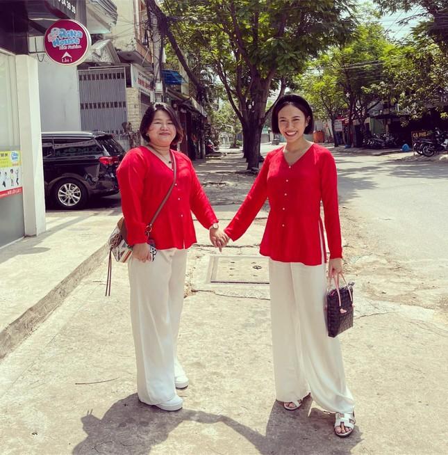 """Sao Việt đầu năm: Mỹ Tâm khoe sắc trong váy vàng rực rỡ, Sơn Tùng M-TP chuẩn """"soái ca"""" bên em trai ảnh 10"""