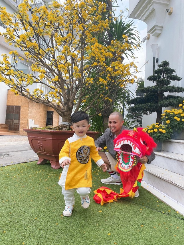 """Sao Việt đầu năm: Mỹ Tâm khoe sắc trong váy vàng rực rỡ, Sơn Tùng M-TP chuẩn """"soái ca"""" bên em trai ảnh 12"""