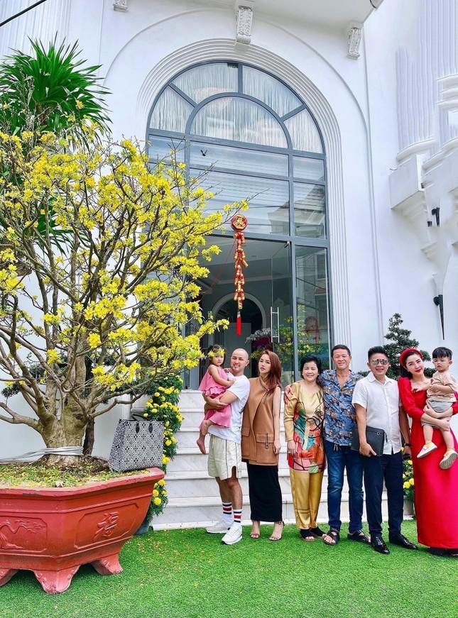 """Sao Việt đầu năm: Mỹ Tâm khoe sắc trong váy vàng rực rỡ, Sơn Tùng M-TP chuẩn """"soái ca"""" bên em trai ảnh 13"""