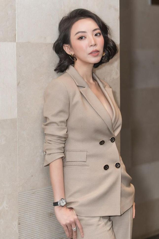 Thu Trang, Nhã Phương, Lâm Vỹ Dạ - hội nữ chủ tịch đa năng của showbiz Việt ảnh 1