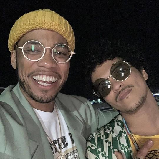 Bruno Mars kết hợp với chủ nhân kèn vàng Grammy, fan xem ảnh cứ ngỡ The Weeknd? ảnh 3