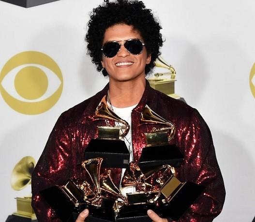 Bruno Mars kết hợp với chủ nhân kèn vàng Grammy, fan xem ảnh cứ ngỡ The Weeknd? ảnh 4