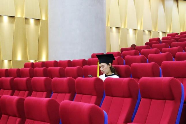 Lễ tốt nghiệp online mùa COVID-19: Vắng gia đình, bạn bè, sinh viên theo dõi qua màn hình  ảnh 2