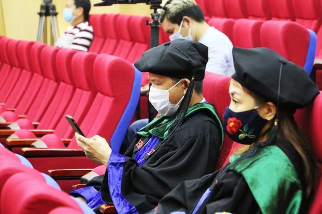 Lễ tốt nghiệp online mùa COVID-19: Vắng gia đình, bạn bè, sinh viên theo dõi qua màn hình  ảnh 4