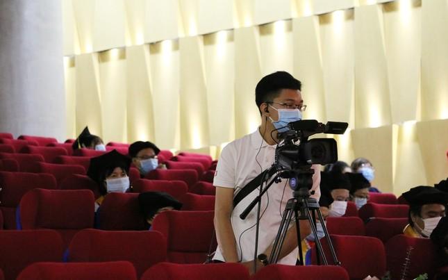 Lễ tốt nghiệp online mùa COVID-19: Vắng gia đình, bạn bè, sinh viên theo dõi qua màn hình  ảnh 3