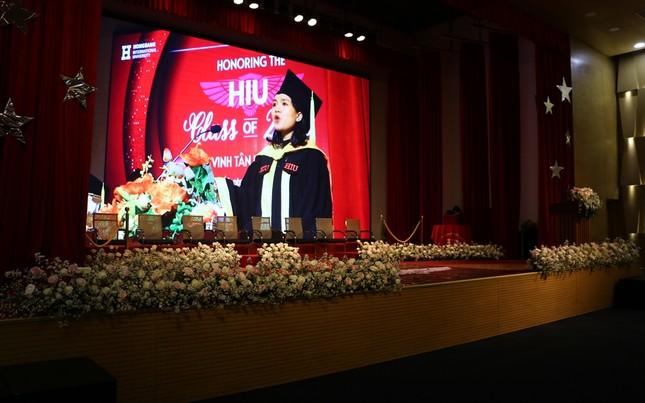 Lễ tốt nghiệp online mùa COVID-19: Vắng gia đình, bạn bè, sinh viên theo dõi qua màn hình  ảnh 1