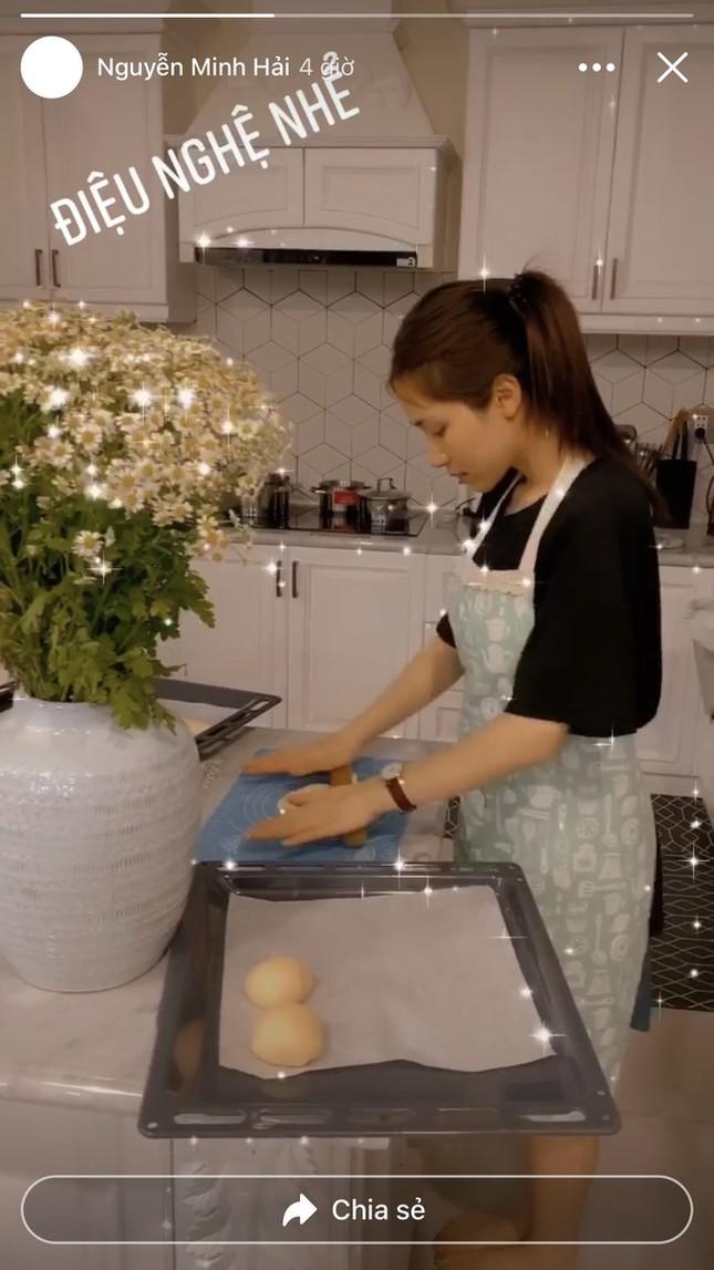 """Hòa Minzy tự tay vào bếp làm bánh Trung Thu và phản ứng """"lầy lội"""" của bạn trai ảnh 2"""