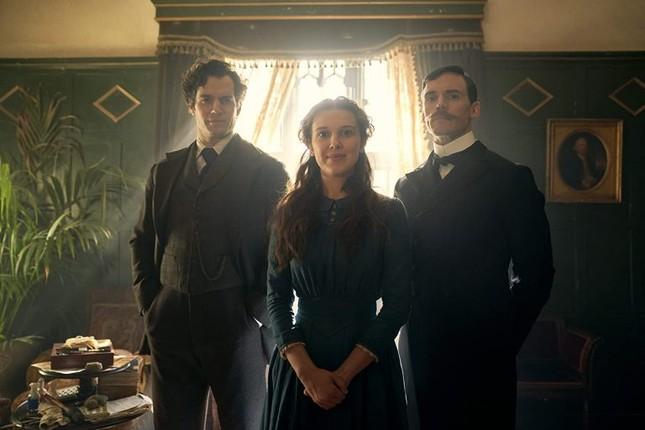 """Sao """"Stranger Things"""" hóa thân làm em gái Sherlock Holmes trong phim mới của Netflix ảnh 1"""