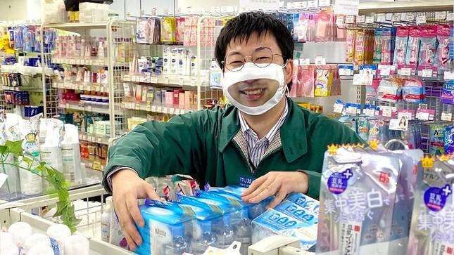 """Cửa hàng Nhật Bản in hẳn nụ cười lên khẩu trang nhân viên, khách muốn """"quạu"""" cũng không nỡ ảnh 1"""