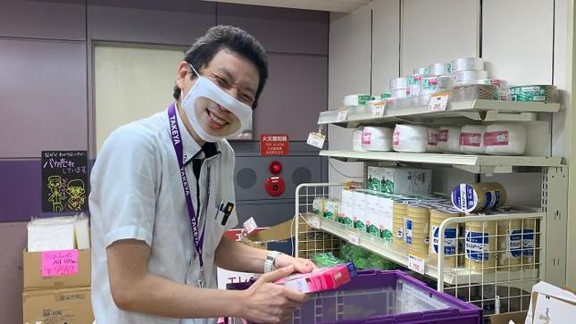 """Cửa hàng Nhật Bản in hẳn nụ cười lên khẩu trang nhân viên, khách muốn """"quạu"""" cũng không nỡ ảnh 3"""