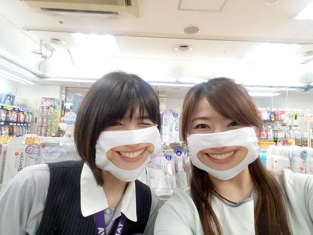 """Cửa hàng Nhật Bản in hẳn nụ cười lên khẩu trang nhân viên, khách muốn """"quạu"""" cũng không nỡ ảnh 6"""