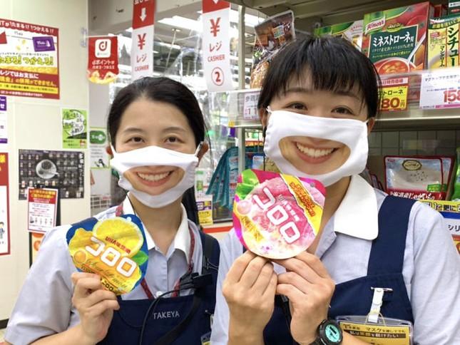 """Cửa hàng Nhật Bản in hẳn nụ cười lên khẩu trang nhân viên, khách muốn """"quạu"""" cũng không nỡ ảnh 7"""