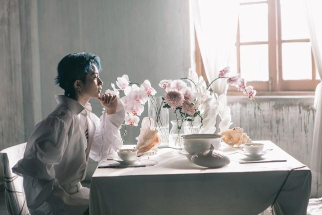 """MV mới của Gil Lê: Concept đã mắt, từng câu của bài hát như """"xoáy vào tim"""" hội thất tình ảnh 2"""