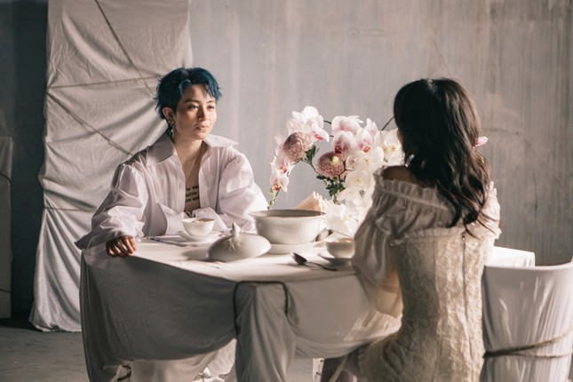 """MV mới của Gil Lê: Concept đã mắt, từng câu của bài hát như """"xoáy vào tim"""" hội thất tình ảnh 9"""
