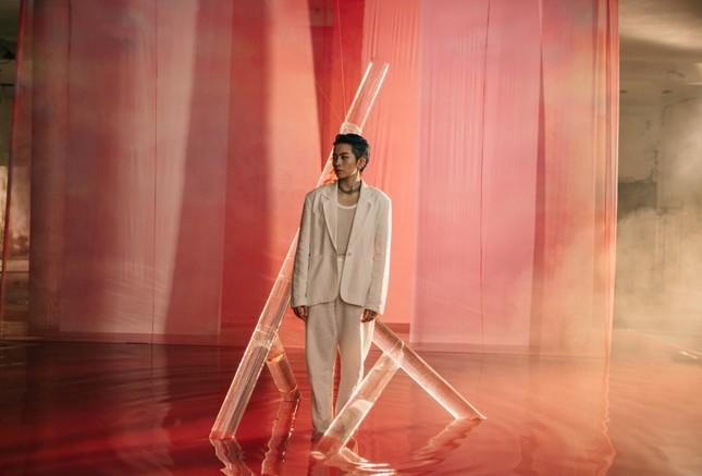 """MV mới của Gil Lê: Concept đã mắt, từng câu của bài hát như """"xoáy vào tim"""" hội thất tình ảnh 6"""