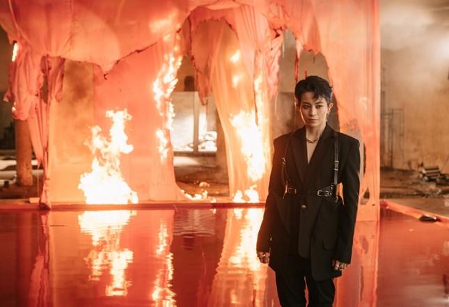 """MV mới của Gil Lê: Concept đã mắt, từng câu của bài hát như """"xoáy vào tim"""" hội thất tình ảnh 7"""