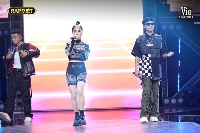 """""""Rap Việt"""": Tage - Gừng đối đầu nghẹt thở, Suboi nói gì trước nghi vấn thiên vị Tlinh? ảnh 7"""
