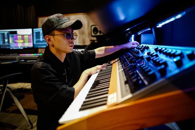 """Bộ tứ """"phù thủy âm nhạc"""" đứng sau thành công của hàng trăm tiết mục tại """"Rap Việt"""" ảnh 5"""