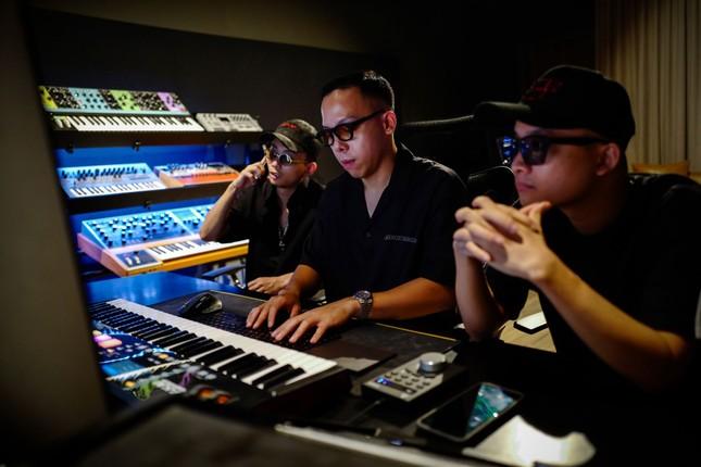 """Bộ tứ """"phù thủy âm nhạc"""" đứng sau thành công của hàng trăm tiết mục tại """"Rap Việt"""" ảnh 2"""