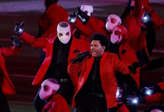 """Super Bowl Halftime Show 2021: The Weeknd một mình """"cân team"""", H.E.R hát mở màn ngọt như mía lùi ảnh 9"""