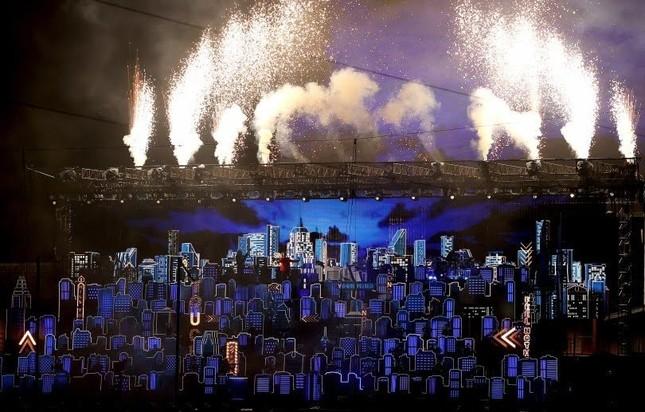 """Super Bowl Halftime Show 2021: The Weeknd một mình """"cân team"""", H.E.R hát mở màn ngọt như mía lùi ảnh 7"""