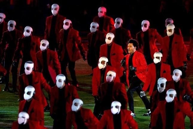 """Super Bowl Halftime Show 2021: The Weeknd một mình """"cân team"""", H.E.R hát mở màn ngọt như mía lùi ảnh 8"""