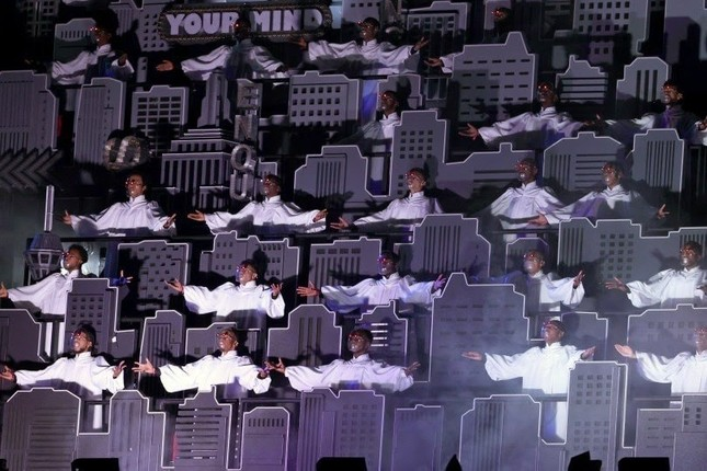 """Super Bowl Halftime Show 2021: The Weeknd một mình """"cân team"""", H.E.R hát mở màn ngọt như mía lùi ảnh 2"""