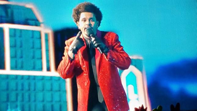 """Quá """"nhọ"""" cho The Weeknd: Chi 7 triệu đô diễn Super Bowl Halftime Show 2021 nhưng fan lại gọi tên Bruno Mars ảnh 2"""