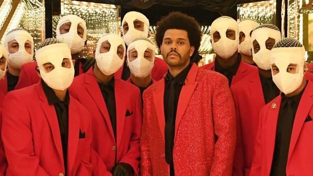"""Super Bowl Halftime Show 2021: The Weeknd một mình """"cân team"""", H.E.R hát mở màn ngọt như mía lùi ảnh 5"""