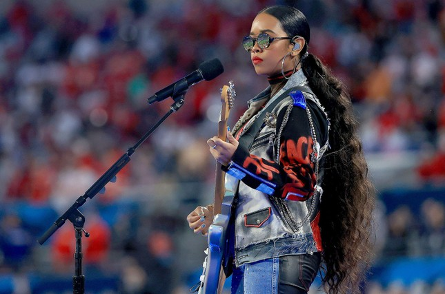 """Super Bowl Halftime Show 2021: The Weeknd một mình """"cân team"""", H.E.R hát mở màn ngọt như mía lùi ảnh 11"""