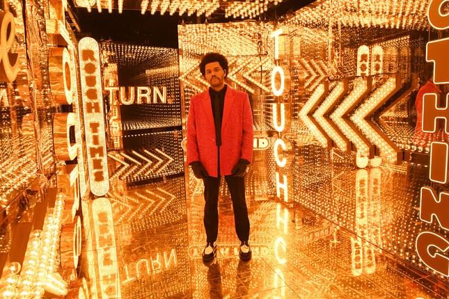 """Super Bowl Halftime Show 2021: The Weeknd một mình """"cân team"""", H.E.R hát mở màn ngọt như mía lùi ảnh 4"""