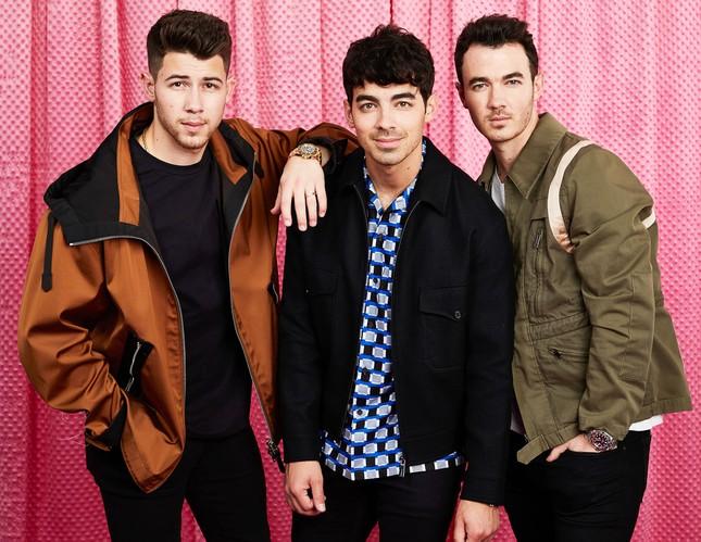 Bắt tay với Karol G, Jonas Brothers lộ rõ tham vọng tấn công thị trường nhạc Latin? ảnh 3