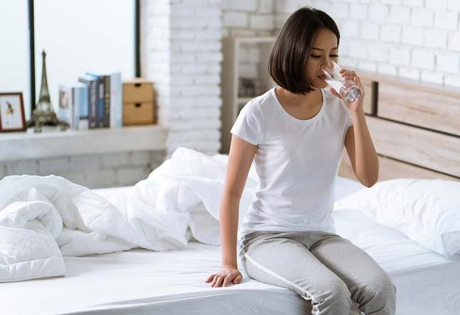 """Đơn giản như uống nước nhưng chúng ta vẫn thường uống sai cách, khiến cơ thể """"náo loạn"""" ảnh 1"""